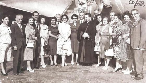 انجمن ارمنی شیلی در فرودگاه سانتیاگو سال 1964 آنترانیگ (چپ)