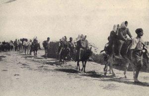 کودکان ارمنی در حال ترک شهر خاربرت با پای پیاده و احشام