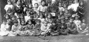 کودکان ارمنی در کودکستان هاکوپ مقدس شهر خاربرت سال ۱۹۰۰ میلادی